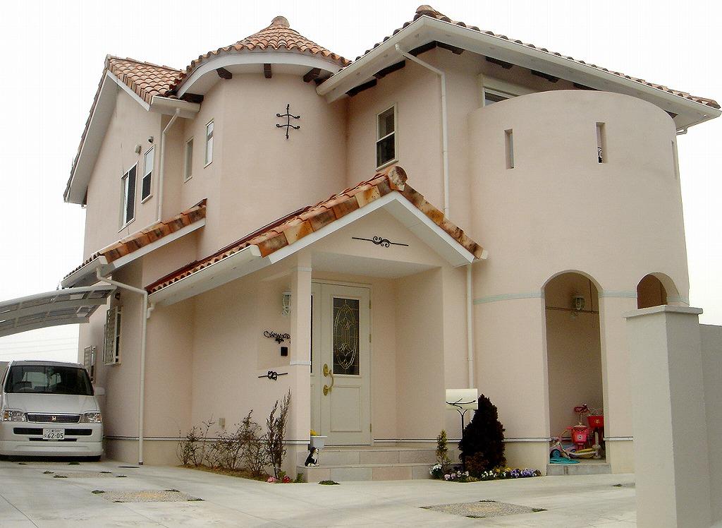 断熱塗装を全面に施したナチュラルでかわいい住宅。屋根の複雑さと丸いシン... (株)APOA|三